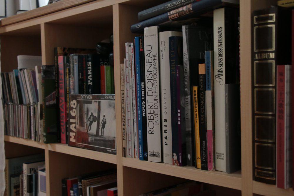 多くの本に囲まれ風が通るいえ